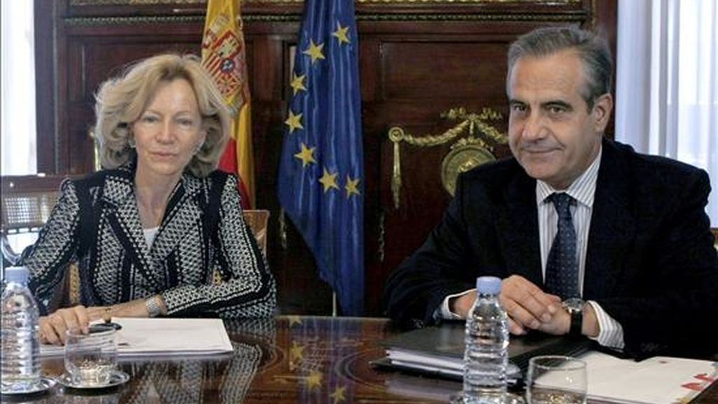 La nueva ministra de Economía y Hacienda, Elena Salgado, durante la reunión que mantuvo hoy con el titular de Trabajo e Inmigración, Celestino Corbacho, tras la reciente remodelación del Gobierno. EFE