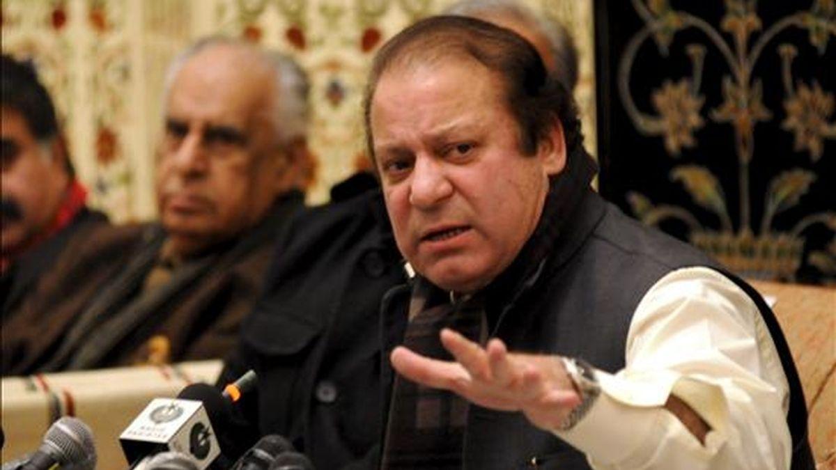 El ex primer ministro paquistaní y líder de la Liga Musulmana-N, Nawaz Sharif (d), comperece hoy en una rueda de prensa en Islamabad, Pakistán. La Liga Musulmana-N descarta por el momento tanto apoyar al Gobierno como contribuir a que se disuelva. EFE