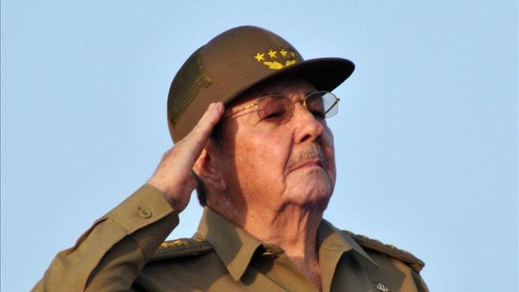 El Presidente cubano Raúl Castro preside el desfile militar y marcha popular que se realiza, este 16 de abril en la Plaza de la Revolución de La Habana, Cuba,, para conmemorar el 50 aniversario de la victoria de Playa Girón y el inicio del VI congreso del Partido Comunista de Cuba. EFE