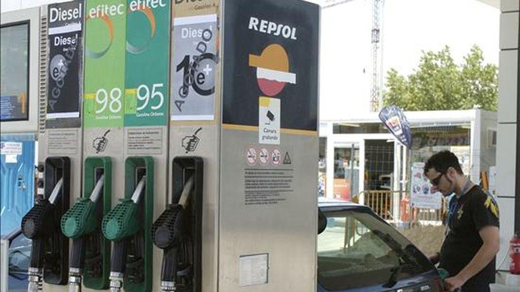 Un joven pone gasolina a su coche en un surtidor. EFE/Archivo