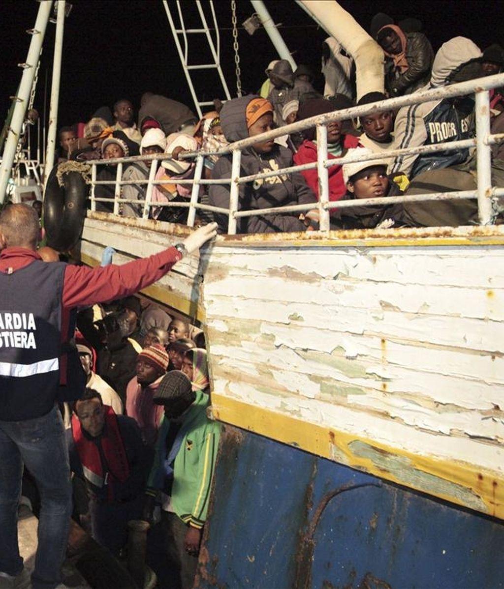 Guardias costeros ayudan a una embarcación recién llegada hoy de Libia en Lampedusa (Italia). Los 500 inmigrantes que viajaban en una barca procedente de Libia que encalló esta madrugada en unos escollos en las proximidades del puerto de la isla italiana de Lampedusa han sido rescatados, informaron hoy fuentes de la Capitanía de Puerto. EFE