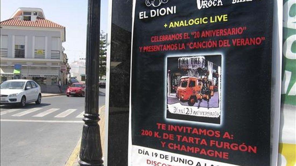 """Uno de los carteles con los que la localidad de Lepe (Huelva) está """"empapelada"""", anunciando la fiesta con la que 'El Dioni' ha celebrado el 20 aniversario del robo del furgón por el que se hizo famoso. Dionisio Rodríguez Martín, 'El Dioni', el ex vigilante de seguridad que robó un furgón blindado de la empresa Candi S.A., en la que trabajaba, con 298 millones de pesetas en 1989, celebró los 20 años del robo con una fiesta en la que una tarta de cien kilos reproducía fielmente el furgón robado. EFE"""