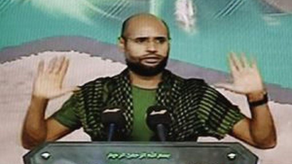 Captura de vídeo del canal de televisión Al Arabiya tomada el 21 de agosto de 2011, que muestra al hijo de Muamar Gadafi, Saif al-Islam, durante un discurso ofrecido en una localización desconocida, supuestamente en Libia. Foto: EFE.