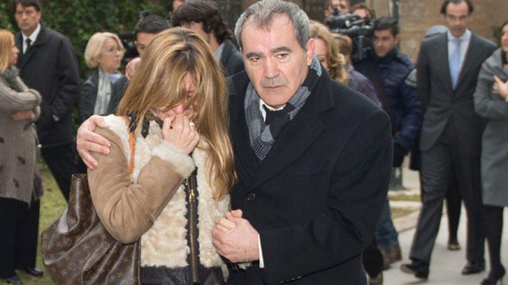 La periodista Reyes Monforte, consolada por el actor Valentín Paredes