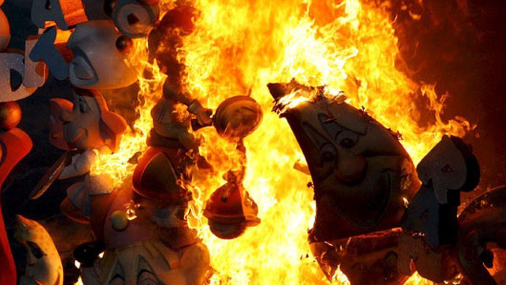 Uno de los ninots arde en Alicante. Video: Informativos Telecinco
