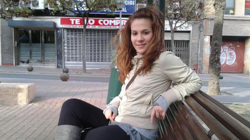 Meri, la novia de Iván, en un banco cualquiera