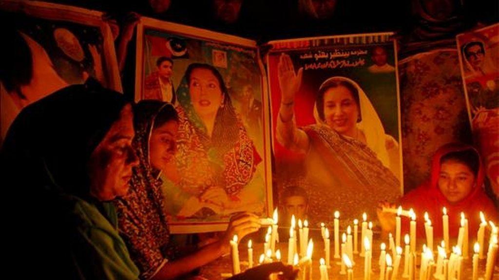 Unas simpatizantes de la asesinada ex primera ministra paquistaní Benazir Bhutto encienden unas velas para celebrar el aniversario de su nacimiento (nació el 21 de junio de 1953), en Multan, Pakistán, el pasado domingo 21 de junio. EFE/Archivo