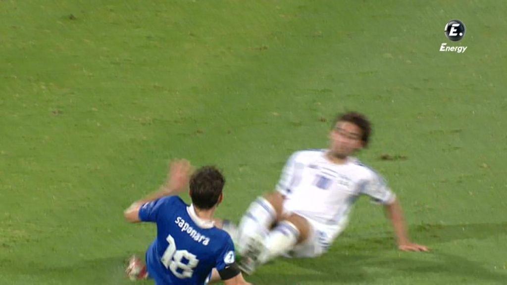 Los dos jugadores entraron con los pies por delante