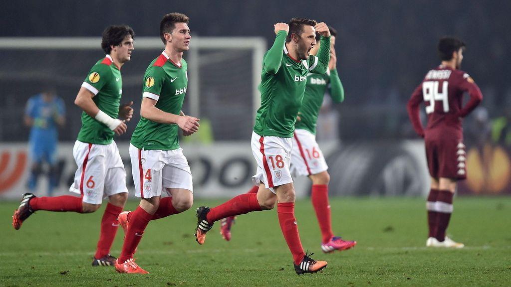 El capitán Athletic Club , Carlos Gurpegui (3i), muestra su alegría después de marcar el 2-2 ante el Torino