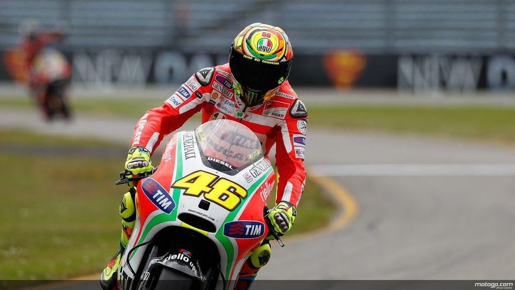 Valentino Rossi pone a punto su Ducati durante los libres del GP de Holanda