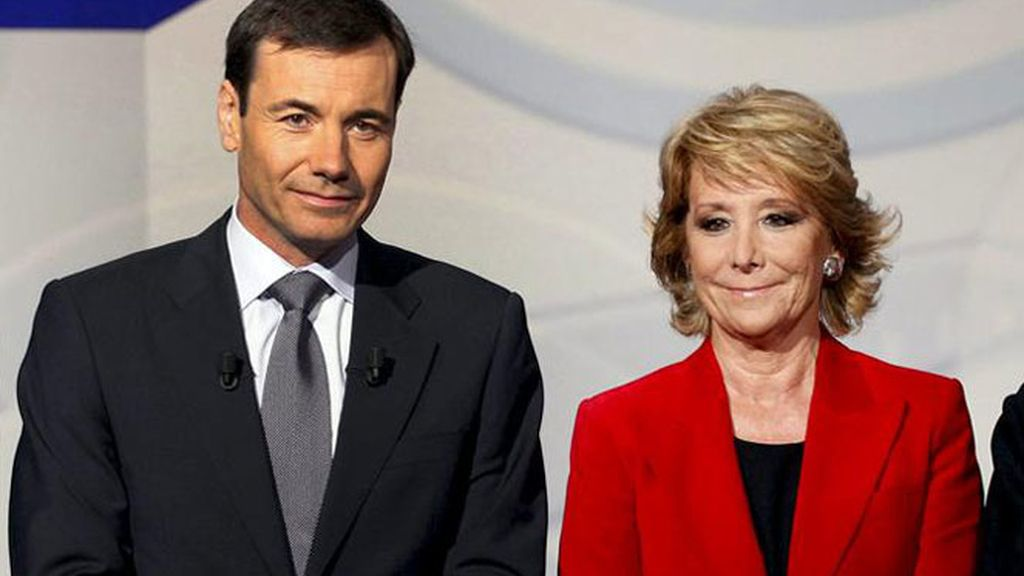 Foto facilitada por Telemadrid de la candidata popular a la presidencia de la Comunidad de Madrid, Esperanza Aguirre, y el candidato socialista, Tomás Gómez (i), durante el debate celebrado esta noche en el canal autonómico.