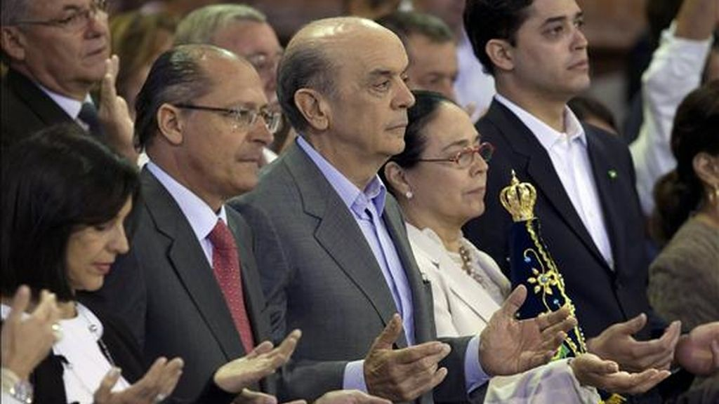 """El candidato opositor a la Presidencia de Brasil, José Serra (c), declaró que la religión """"No fue banalizada. La cuestión de la religiosidad fue colocada por las personas. Quieren saber las posiciones (de los candidatos)"""". EFE"""