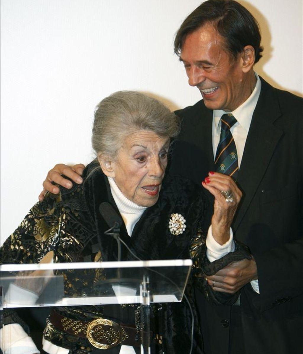 La actriz María Isbert, hija del actor Pepe Isbert, uno de los clásicos del cine y la escena españoles, acompañada de su hijo Tony, durante el homenaje que le rindió la Academia de Cine, de la que ha sido nombrada miembro de honor a sus 91 años. EFE/Archivo