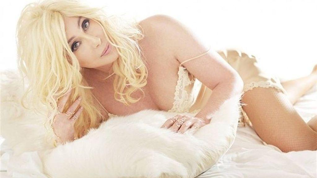 Cher luce sensual lencería en la portada de su nuevo disco