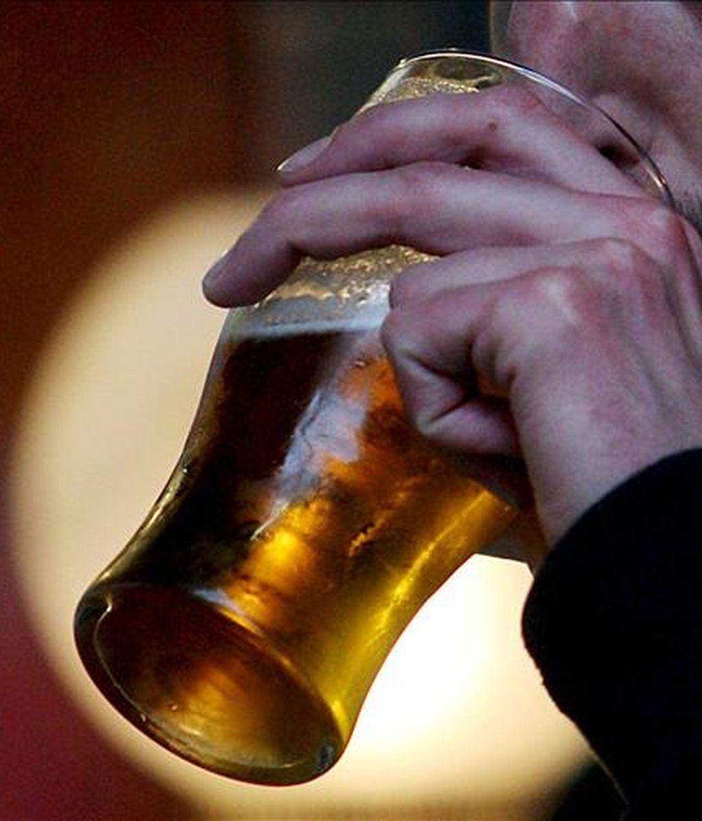Un cliente bebe una cerveza. EFE/Archivo