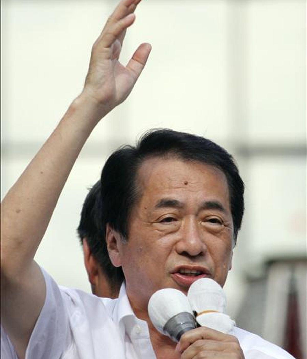 El primer ministro japonés Naoto Kan, del partido Democrático (PD) ofrece un discruso durante su campaña electoral en la estación de tren de Kichijoi en Tokio, Japón, hoy, sábado, 10 de julio de 2010. El primer ministro japonés afronta mañana, domingo, unas elecciones parciales al Senado que pueden poner en riesgo su ambiciosa reforma financiera e incluso su liderazgo si, como prevén las encuestas, no logra una mayoría clara. EFE