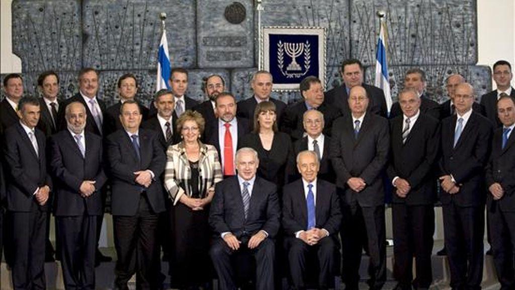 El primer ministro israelí, Benjamin Netanyahu (c-izq), el presidente Simón Peres (c-dcha) y los miembros del nuevo Gobierno de Netanyahu posan para una foto de familia oficial en la residencia de Peres en Jerusalén (Israel) hoy miércoles. EFE