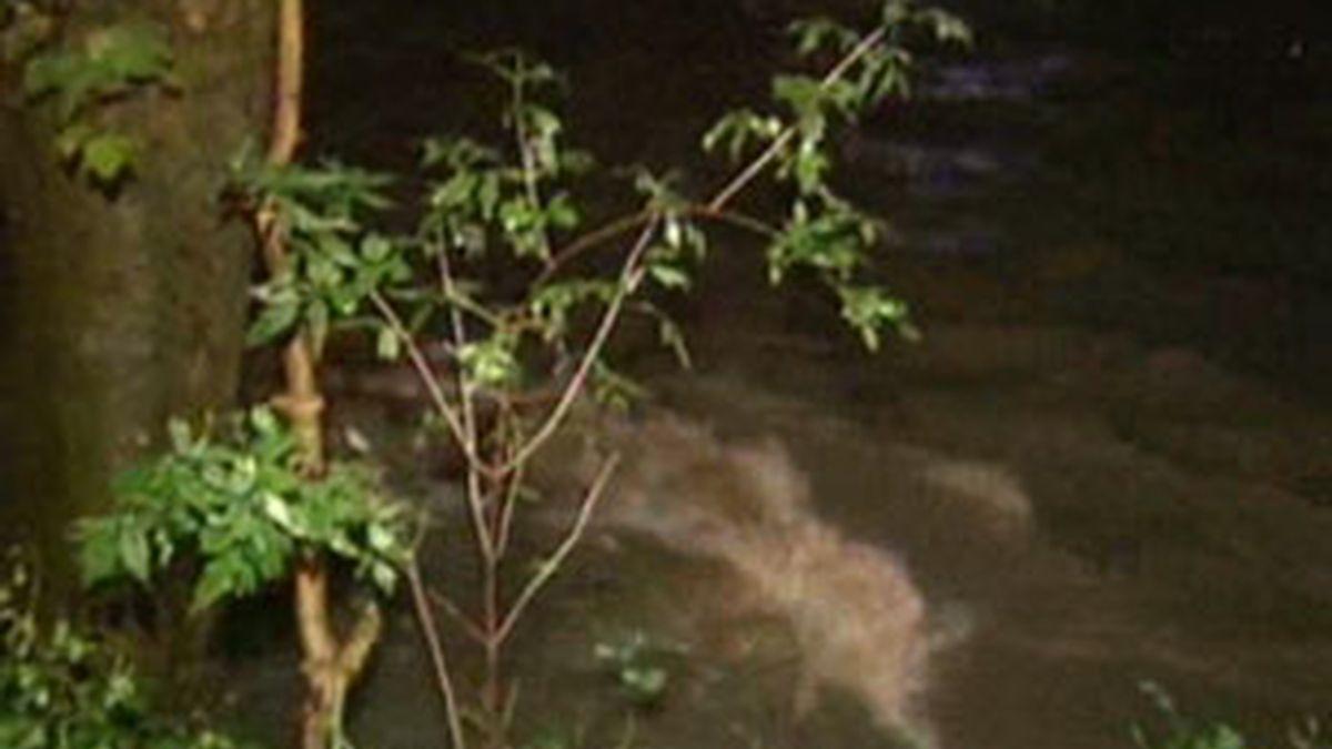 """El río Oiartzun en algunos puntos de su cauce ha superado """"el nivel de inundación"""". Vídeo: Informativos Telecinco."""