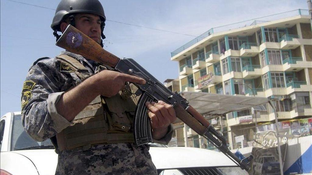 Un policía iraquí permanece en guardia en un punto de control en el centro de Bagdad. EFE/Archivo