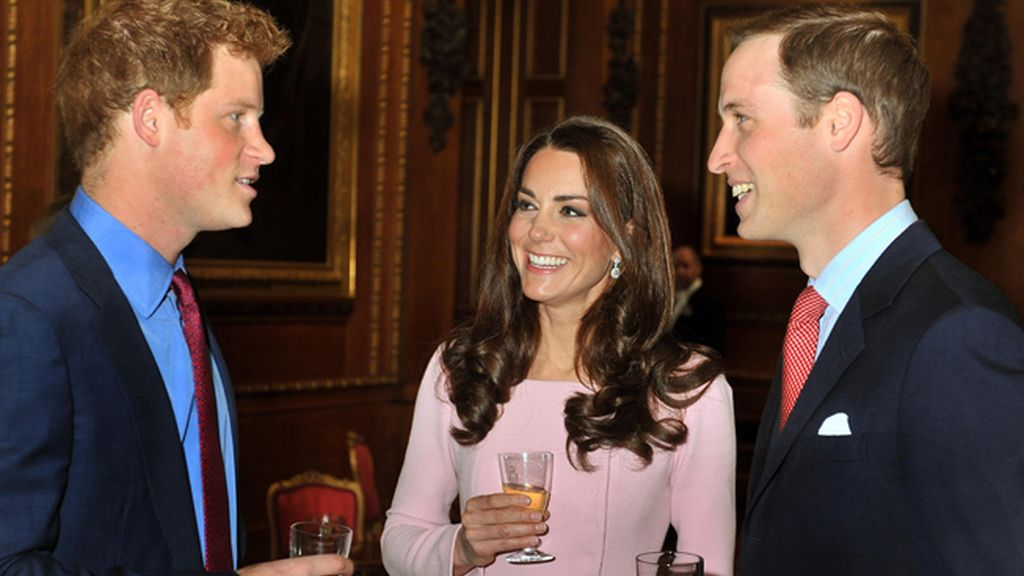 Los duques de Cambridge, Katherine y William, junto al príncipe Henry