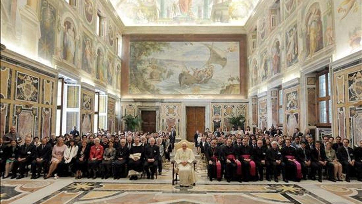 """Fotografía cedida por L'Osservatore Romano que muestra al papa Benedicto XVI (c) durante la celebración del 40º aniversario de la Encíclica """"Humanae Vitae"""" en la sala Clementina del Vaticano el 10 de mayo. EFE/Archivo"""