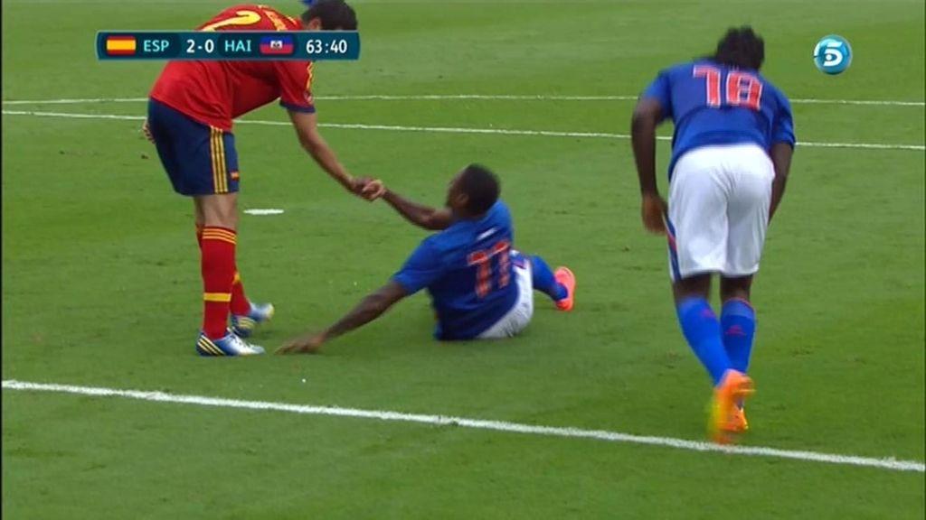 Albiol ayuda a un jugador de Haití a levantarse