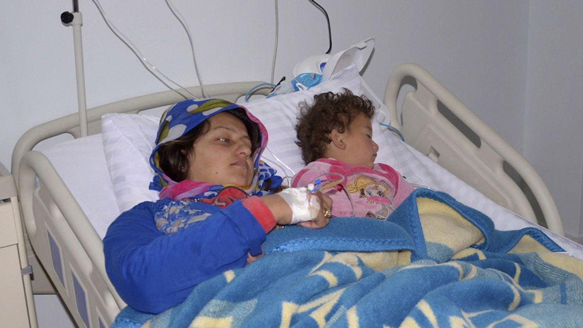 Una mujer y un niño atendidos en un hospital sirio por heridas causadas con armas químicas