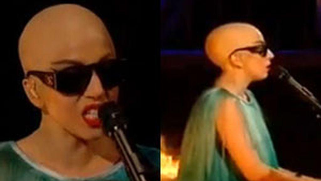Lady Gaga aparece calva sobre el escenario