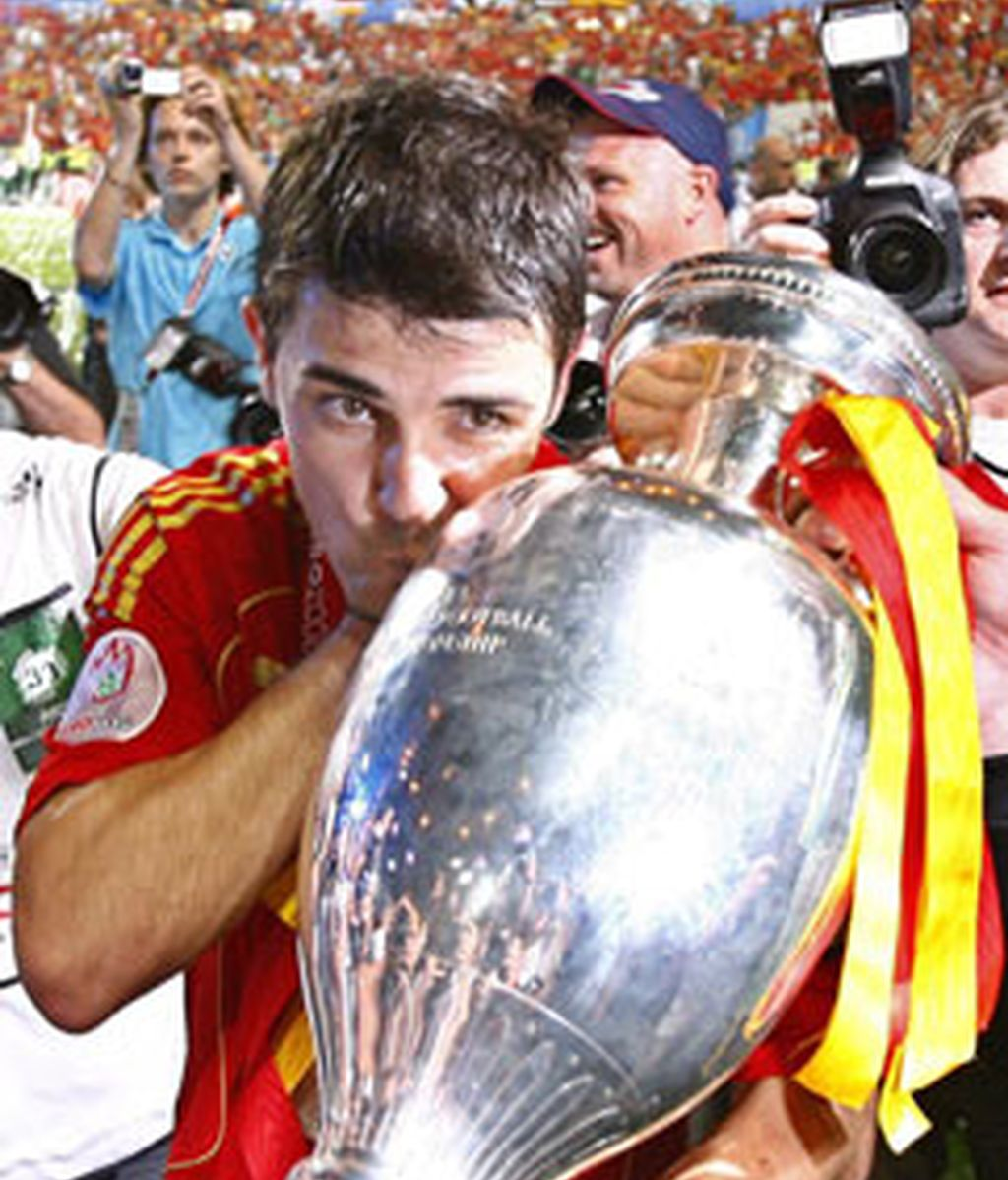 El delantero español David Villa besa el trofeo de campeones de la Eurocopa 2008. Foto: EFE.