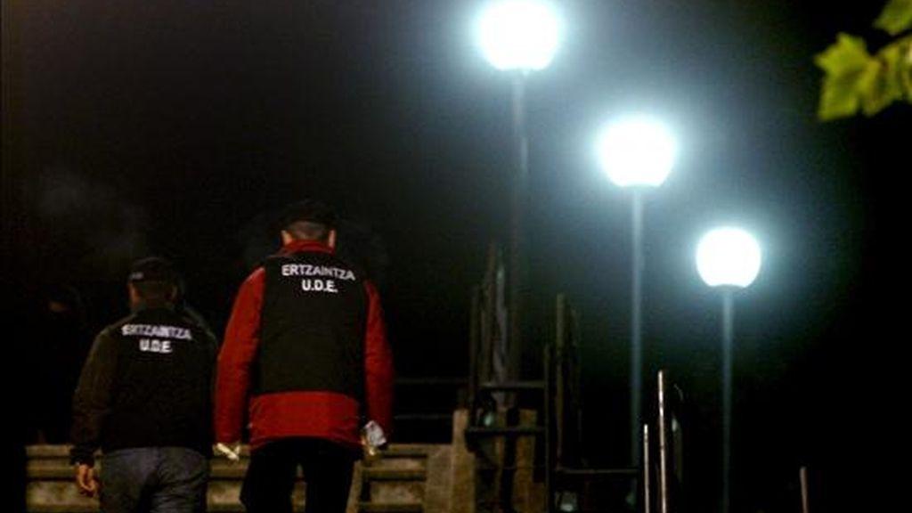 En la imagen de archivo, agentes de explosivos de la Ertzaintza en la estacion de tren de Euskotren en la localidad vizcaina de Amorebieta, que esta noche ha sido atacada con varios cocteles molotov, ocasionando daños materiales. EFE