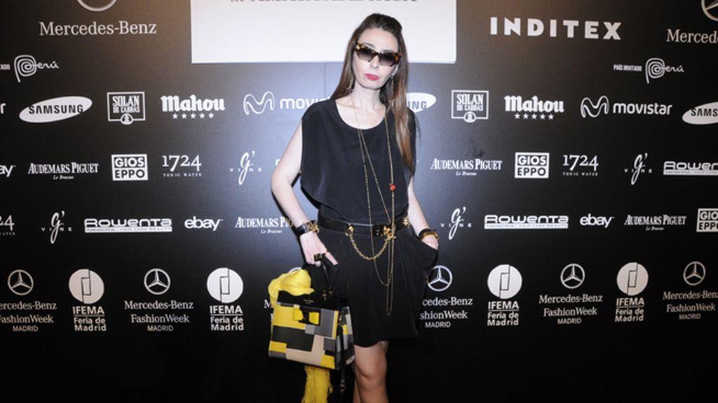 Jana Glamurama tan espectacular como siempre con vestido de All Saints, bolso de Kate Spade y gafas de Miu Miu