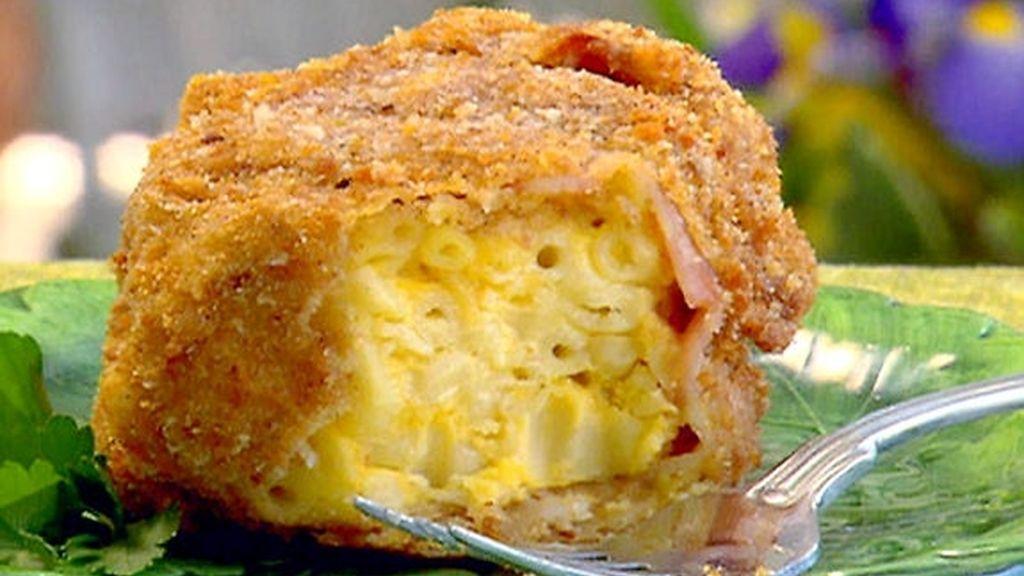 Cuadrado de macarrones con queso envueltos en bacon rebozado de migas de pan frito