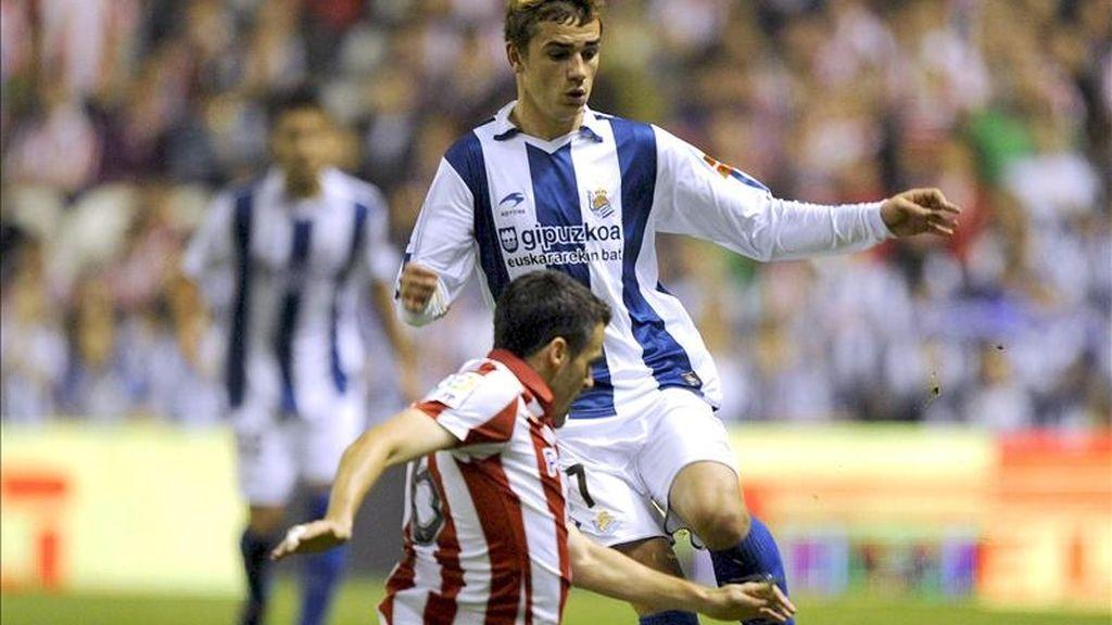 El centrocampista del Ath. de Bilbao, Orbaiz (i), corta el avance del delantero francés de la Real Sociedad, Antoine Griezmann, durante el encuentro correspondiente a la trigésimo tercera jornada de primera división en el estadio bilbaino de San Mamés. EFE