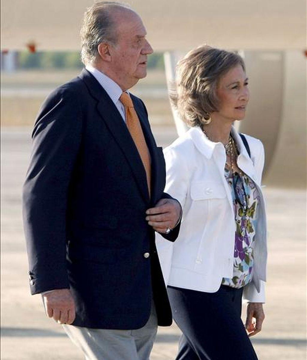 El Rey Juan Carlos y la Reina Sofía a su llegada, el pasado año, a la base aérea de Sont Sant Joan, en la isla de Mallorca,  donde la Casa Real traslada su residencia en agosto. EFE/Archivo