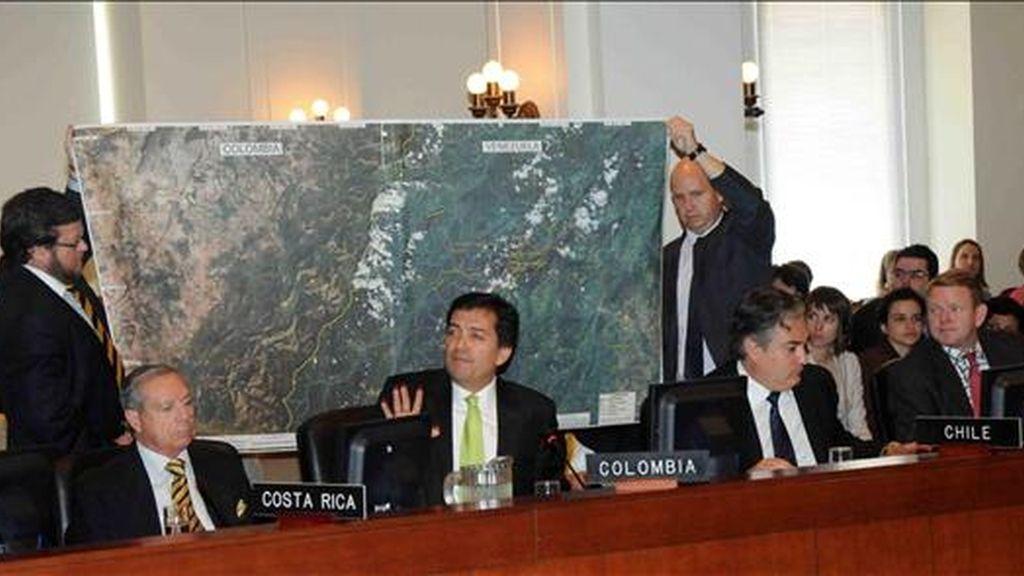 El embajador colombiano ante la OEA, Luis Alfonso Hoyos (c), interviene, el pasado 22 de julio, durante la sesión extraordinaria del Consejo Permanente del organismo para tratar de las denuncias colombianas sobre la presencia de guerrilleros en Venezuela. EFE/Archivo