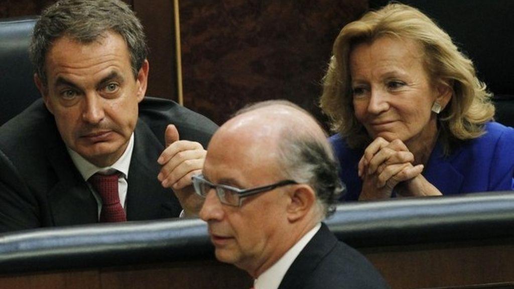 Cristóbal Montoro pasa por delante del presidente del Gobierno y la ministra de Economía en el Congreso de los Diputados.
