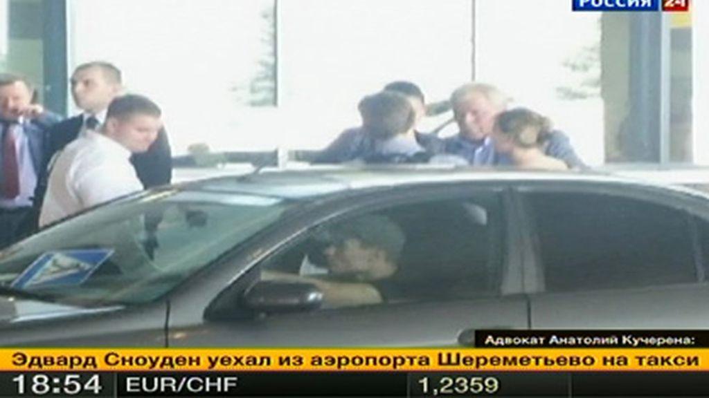 Snowden sale del aeropuerto de Moscú tras obtener asilo temporal de Moscú