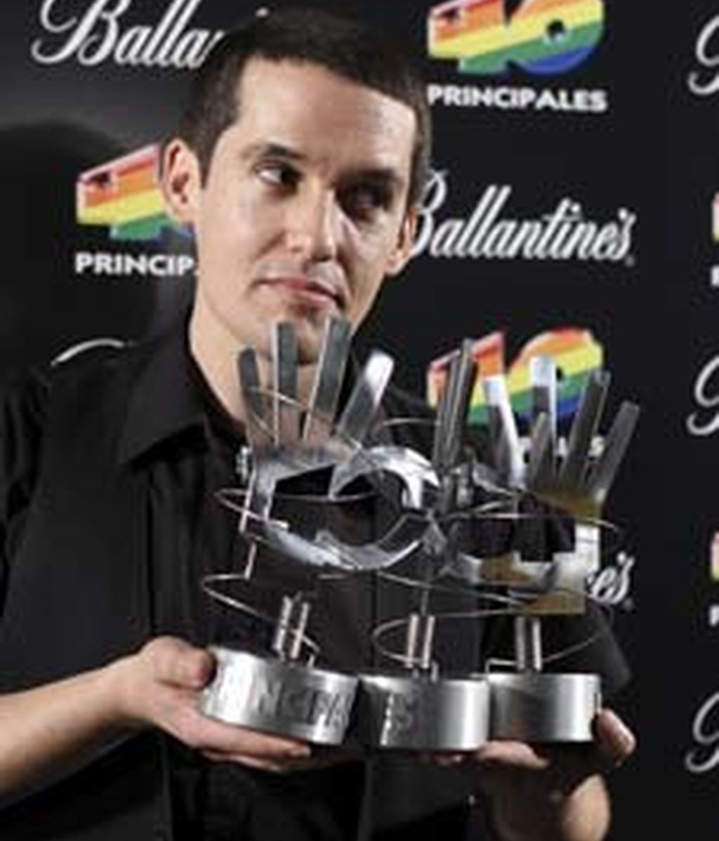 """El cantante del grupo """"Maldita Nerea"""", Jorge Ruíz, posa con los galardones recibidos durante la ceremonia de entrega de los premios que la emisora de radio 40 Principales. Foto: EFE"""