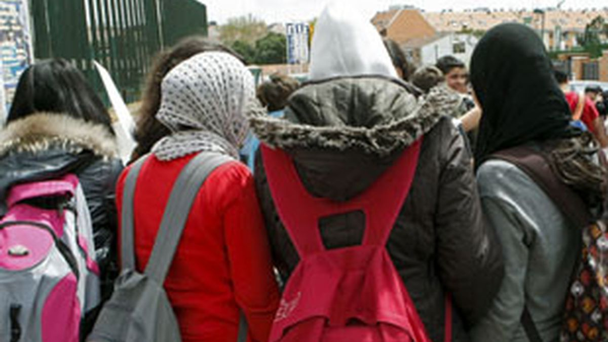 Las compañeras de la joven muestran su apoyo a las puertas del instituto. Foto: EFE.