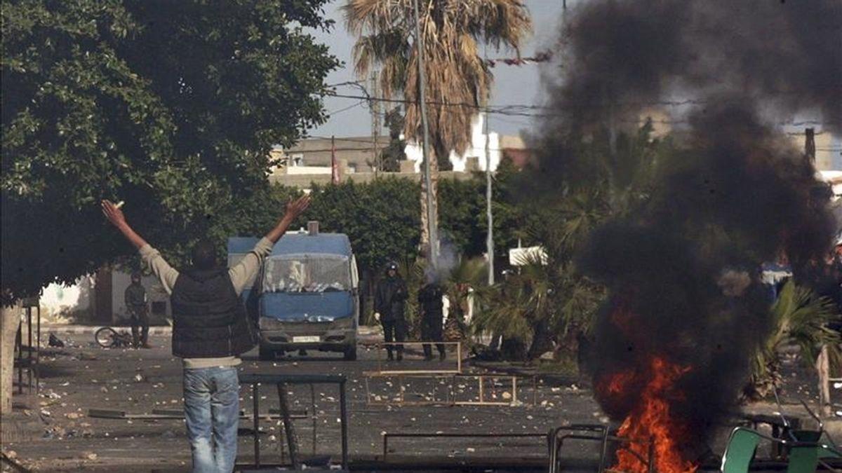 Jóvenes desafían a la policía durante unos violentos enfrentamientos vividos al térmimno de una protesta contra el paro y la exclusión social, en Regueb, Túnez, ayer lunes, 10 de enero. EFE