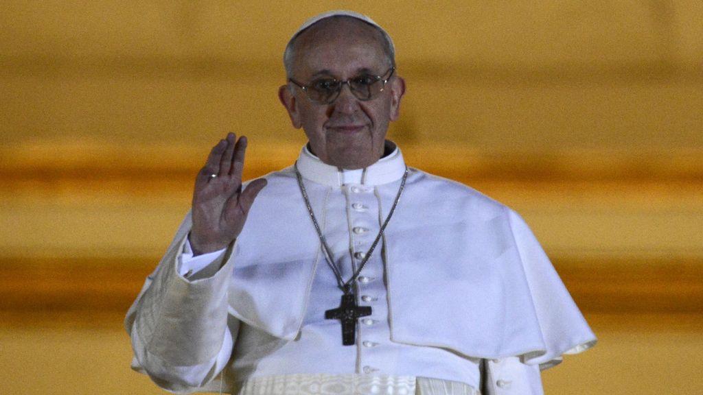 Jorge Mario Bergoglio, el Papa Fransico I, saluda desde el balcón del Vaticano