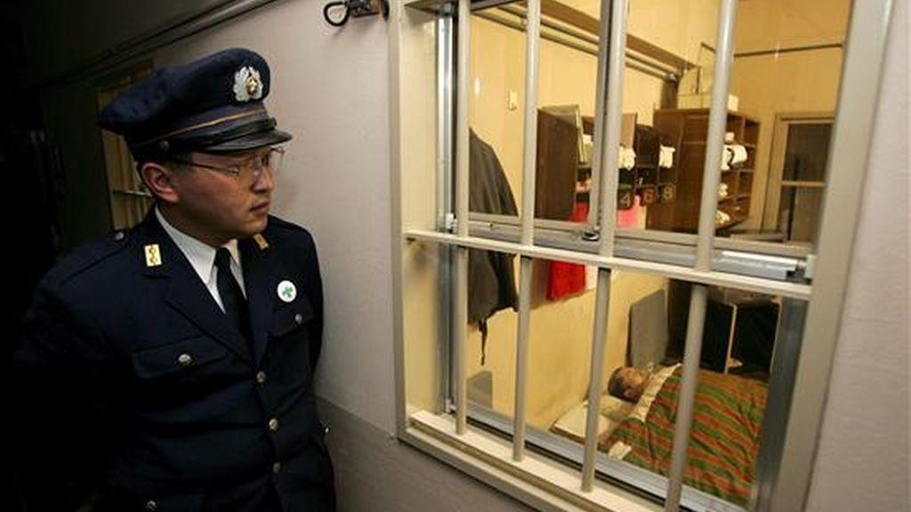 Fotografía de archivo fechada el 30 de enero de 2006 que muestra a un guarda de la prisión de Toyama (Japón) que observa a un recluso mientras duerme. El Gobierno anunció que se ha ejecutado a dos reos condenados a la pena capital, cuando se cumple precisamente un año desde la última ejecución en el país asiático. EFE