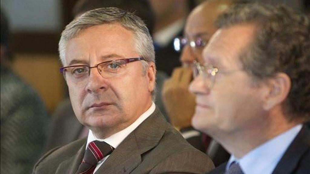 El ministro de Fomento, José Blanco (i), junto al presidente de Aena, Juan Lema (d), durante el acto de inicio de las obras de la nueva terminal del Aeropuerto de Vigo, que duplicarán la superficie y la capacidad del actual edificio para dar servicio a cuatro millones de pasajeros al año. EFE