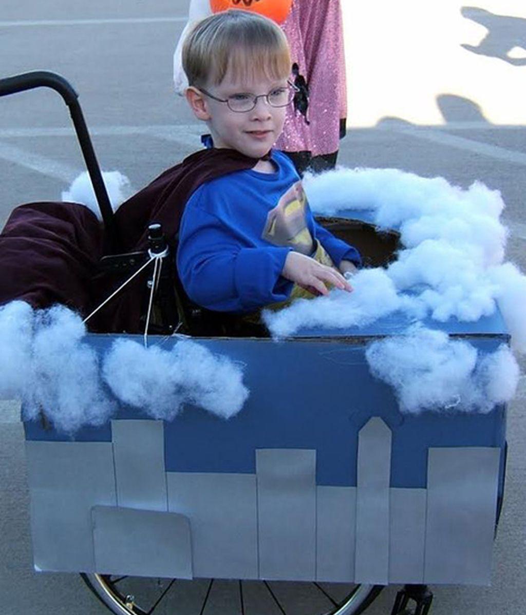 Los originales disfraces de un niño en silla de ruedas