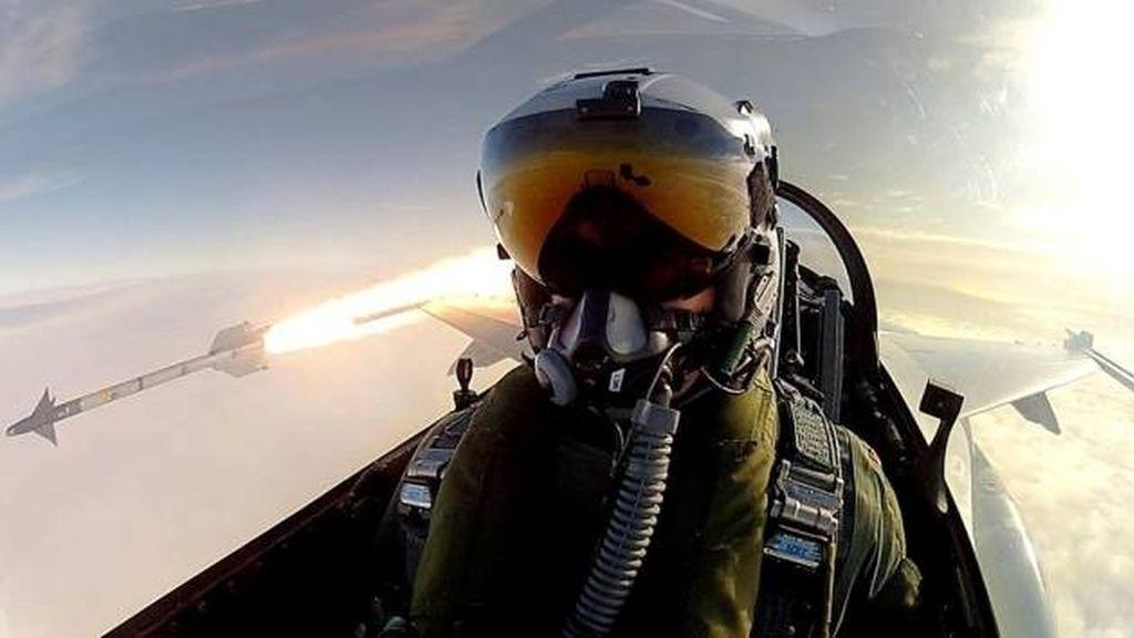 Un piloto se fotografía mientras lanza misiles