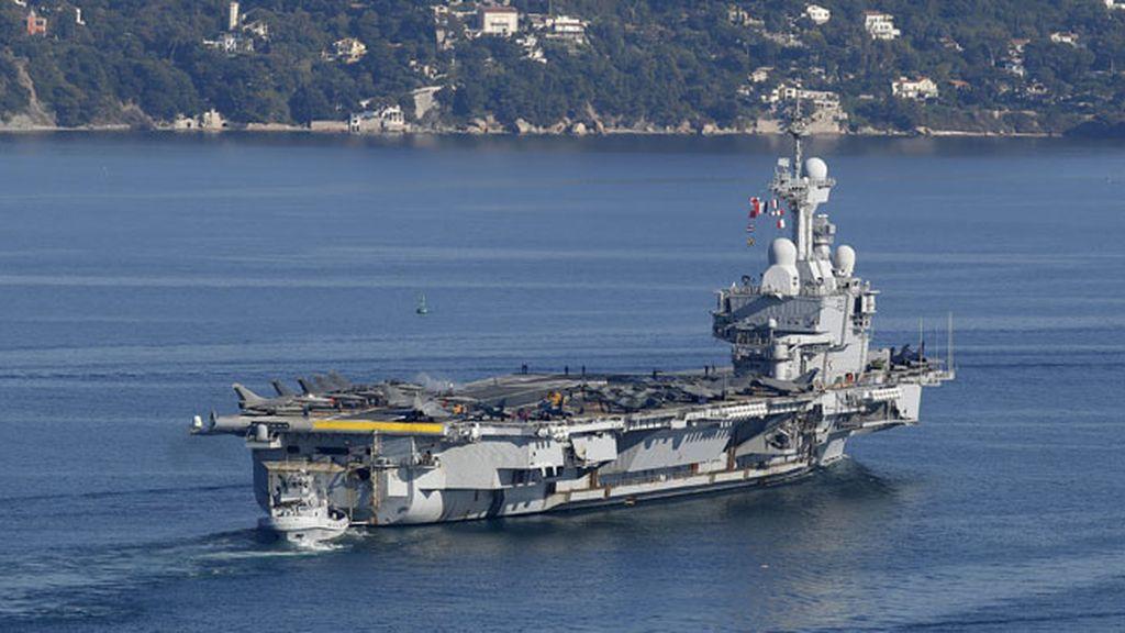 El portaviones nuclear galo Charles De Gaulle sale del puerto militar de Toulon, en el sur de Francia,