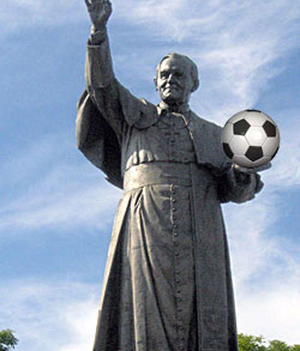 Estatua del Papa Juan Pablo II en un parque de Polonia. Montaje de InformativosTelecinco.com