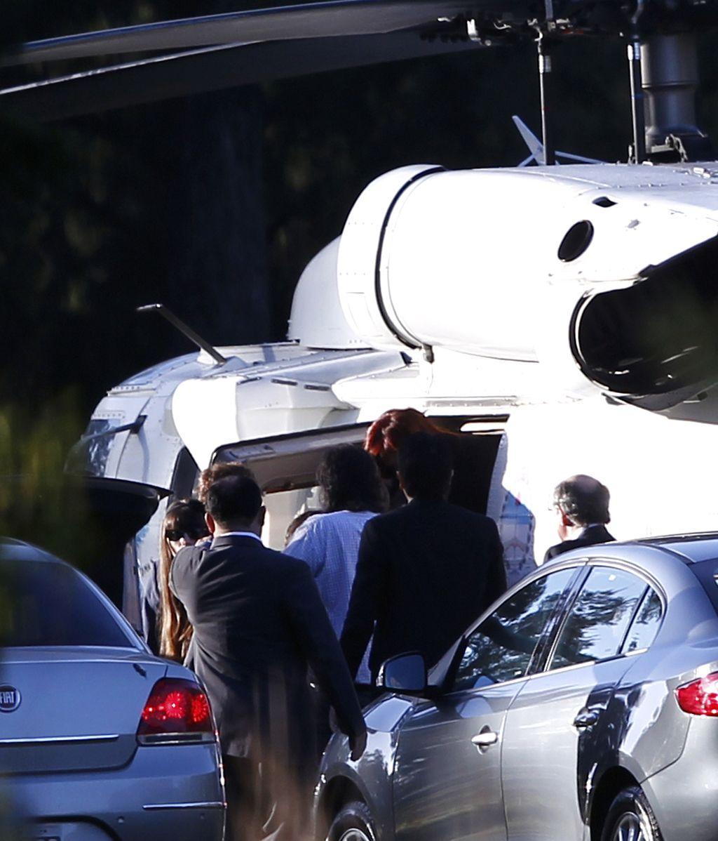 La presidenta argentina, Cristina Fernández, baja del helicóptero que trasladó a la mandataria al Hospital Austral para ser operada de un cáncer de tiroides