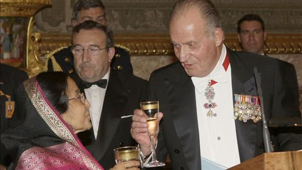 El Rey don Juan Carlos brinda con la presidenta de la India, Prathiba Patil, durante la cena que los monarcas españoles, acompañados de los Príncipes de Asturias, ofrecieron esta noche, en el Palacio Real de Madrid, en honor de la ilustre mandataria, que inició hoy una visita a España. EFE
