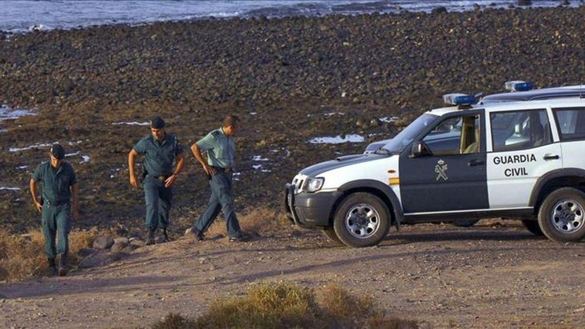 Fuerzas de seguridad durante la búsqueda de una patera en Fuerteventura. EFE/Archivo